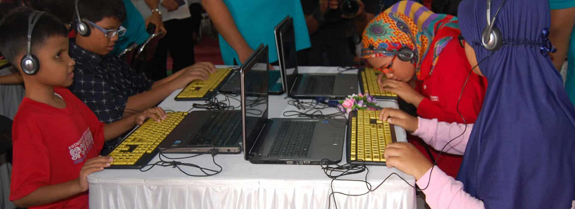 Teman-teman sedang belajar komputer bicara