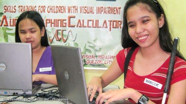 perempuan tunanetra sedang belajar komputer
