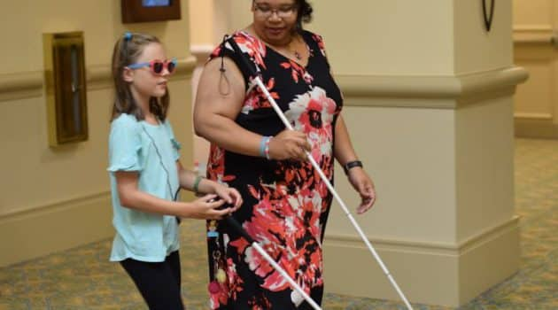 seorang ibu mengajarkan berjalan mandiri anaknya yang tunanetra