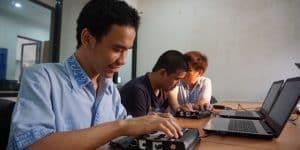 siswa tunanetra sedang mencoba braille display