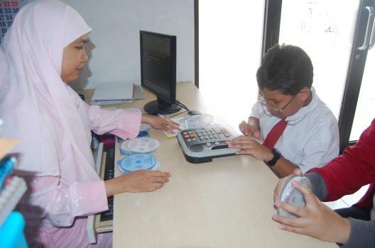 Klien anak tunanetra meminjam buku di perpustakaan Mitra Netra