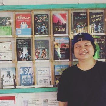 Juwita di depan koleksi karya Andrea Hirata di Museum Laskar Pelangi