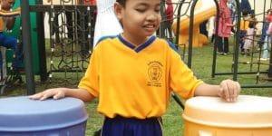 foto Daffa menggunakan baju seragam olahraga sekolah berwarna kuning