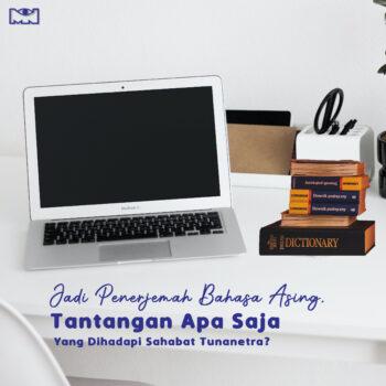 laptop dan tumpukan kamus bahasa inggris