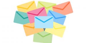 tumpukan amplop surat dengan berbagai warna