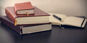 tumpukan buku di atas meja